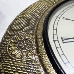 Настенные часы с медной чеканкой