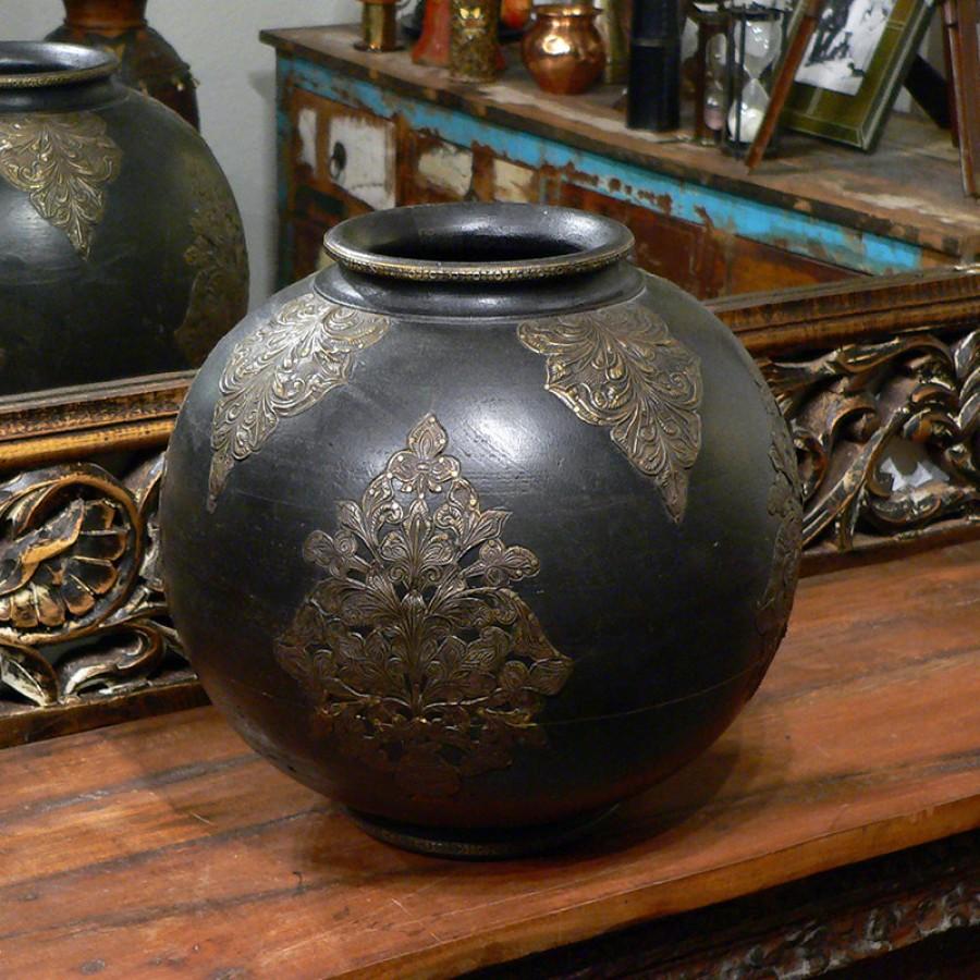 Индийская ваза из дерева с чеканкой