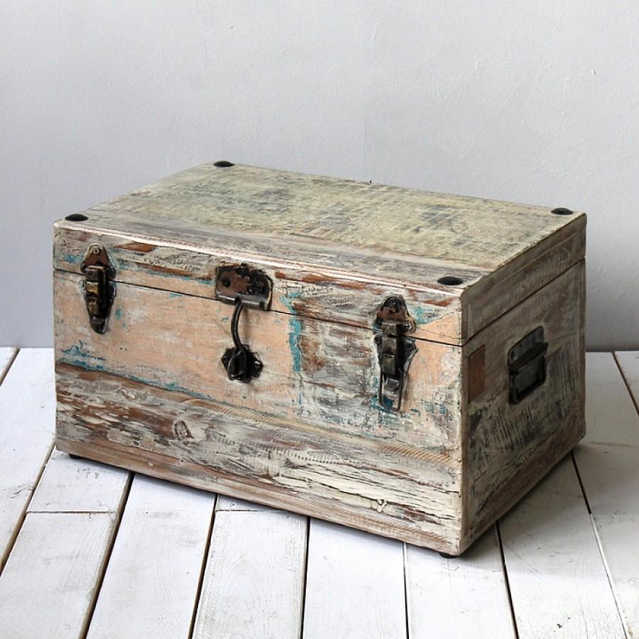 Состаренный деревянный сундук