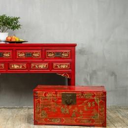 Красный платяной сундук