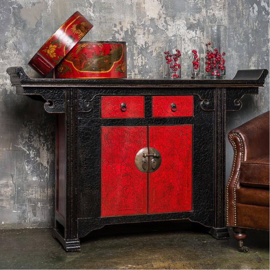 Традиционный черно-красный комод