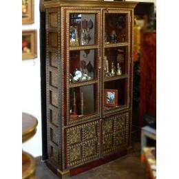 Восточный шкаф-витрина с латунной чеканкой, 180 см