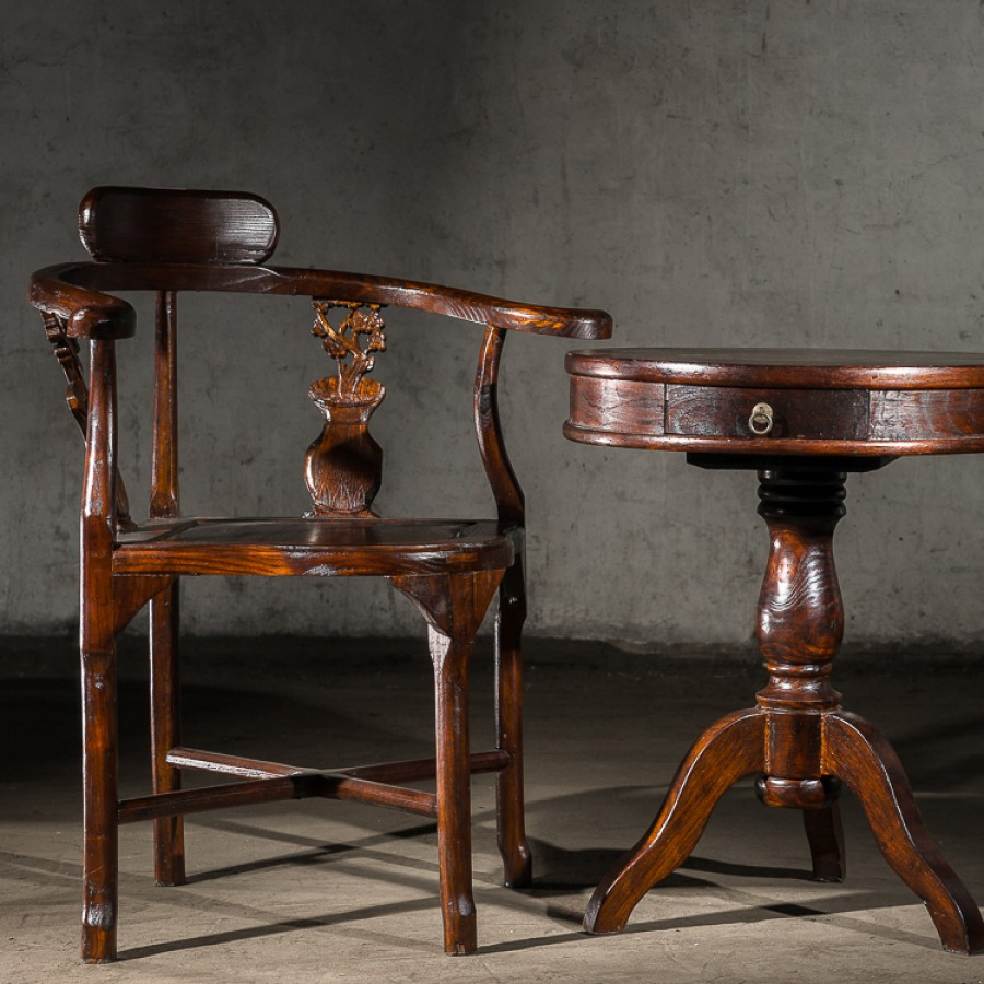 Комплект из традиционных китайских столика и стульев