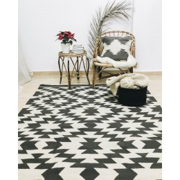 Черно-белый килим с орнаментом