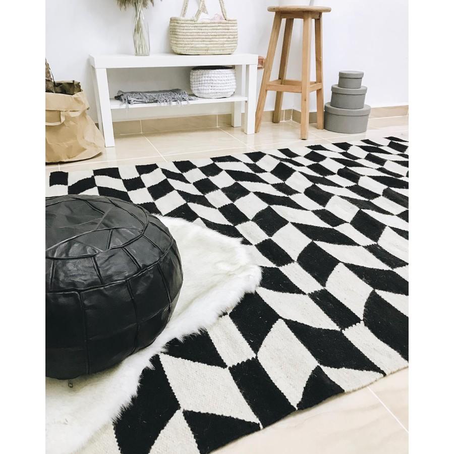 Черно-белый ковер килим