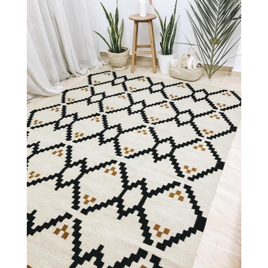 Ковер килим с традиционным орнаментом