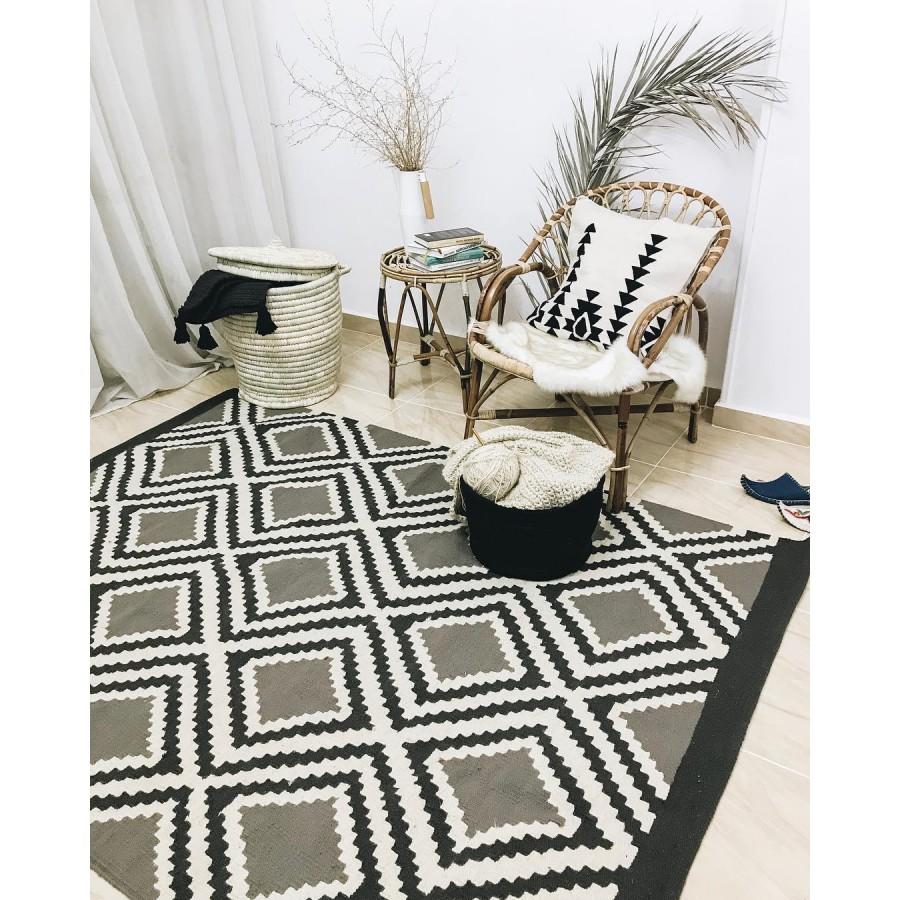 Ковер килим с геометрическим орнаментом